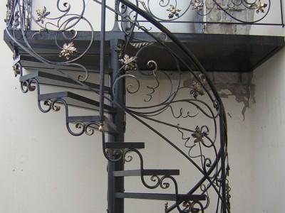 Кованая лестница винтовая КЛВ01