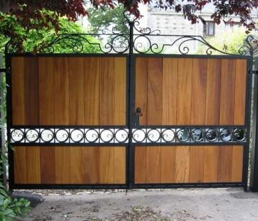 Кованые ворота с деревом ВКД13